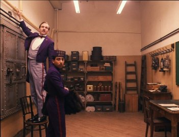 The Grand Budapest Hotel: Ralph Fiennes con Tony Revolori in un momento del film