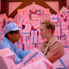 The Grand Budapest Hotel: Saoirse Ronan con Tony Revolori tra le scatole di dolci