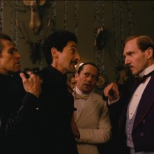 The Grand Budapest Hotel: Willem Dafoe, Adrien Brody, Mathieu Amalric e Ralph Fiennes in una scena