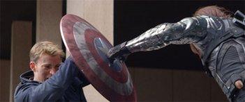 Captain America: The Winter Soldier: Chris Evans respinge l'attacco di Sebastian Stan