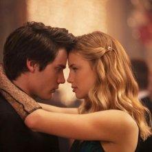 Dominic Sherwood e Lucy Fry nel film Vampire Academy