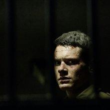'71: Jack O'Connell dietro le sbarre in una scena del film