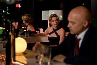 Maldamore: Claudia Gerini 'adocchia' Luca Zingaretti in una scena del film