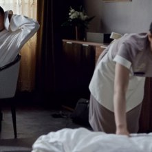 Age of Cannibals: Devid Striesow 'ammira' la cameriera in una scena del film