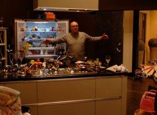 Sotto una buona stella: Carlo Verdone in versione mammo casalingo in una scena del film