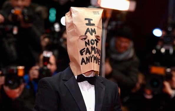 The Nymphomaniac part 1: Shia LaBeouf sul red carpet di Berlino 2014 con un sacchetto di carta sulla testa