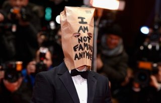 The Nymphomaniac part 1: Shia LaBeouf sul red carpet di Berlino 2014 con un sacchetto di carta sulla testa