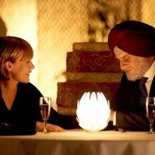 Vijay and I: Patricia Arquette in una scena del film a cena con Moritz Bleibtreu in versione indiana