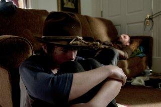 The Walking Dead: Chandler Riggs e, sullo sfondo, Andrew Lincoln, in una scena dell'episodio Smarriti