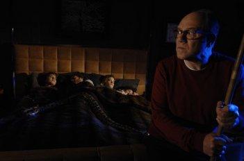 Sotto una buona stella: Carlo Verdone protegge la sua famiglia da un pitone in fuga in una scena del film