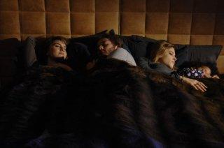 Sotto una buona stella: Tea Falco con Paola Cortellesi e Lorenzo Richelmy in una tenera scena del film
