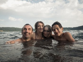 Noi 4: Fabrizio Gifuni, Ksenija Rappoport, Lucrezia Guidone e Francesco Bracci in una foto promozionale