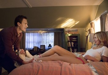 Sex Tape - Finiti in rete: Cameron Diaz viene spogliata da Jason Segel in una scena bollente