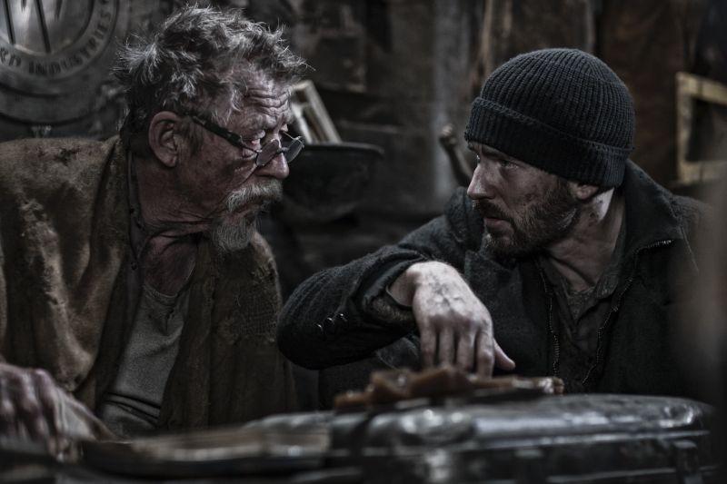 Snowpiercer: Chris Evans insieme a John Hurt in un momento del film