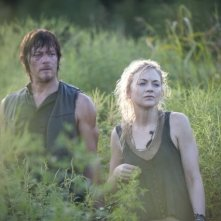The Walking Dead: Norman Reedus ed Emily Kinney in una scena dell'episodio Detenuti