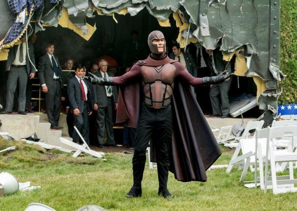 X-Men: Giorni di un futuro passato: Michael Fassbender con il costume di Magneto di fronte alla folla