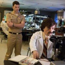 X-Men: Giorni di un futuro passato - Peter Dinklage e Josh Helman in laboratorio