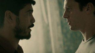 Raúl Castillo e Jonathan Groff in 'Looking in the Mirror' episodio della prima stagione di Looking
