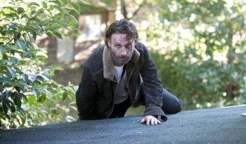 The Walking Dead: Andrew Lincoln è un circospetto Rick Grimes nell'episodio Salvare il mondo