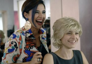 Allacciate le cinture: Kasia Smutniak cambia look grazie a Luisa Ranieri in una scena del film