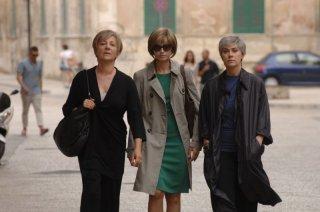 Allacciate le cinture: Kasia Smutniak con Carla Signoris e Elena Sofia Ricci in una scena del film