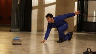La mossa del pinguino: Edoardo Leo in azione in una scena del film diretto da Claudio Amendola