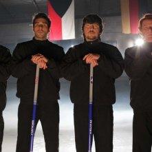 La mossa del pinguino: i quattro aspiranti atleti olimpici di curling in una scena del film