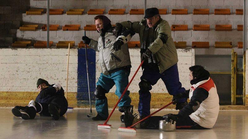 La Mossa Del Pinguino I Quattro Del Curling Si Allenano Sulla Pista In Una Scena Del Film 300188