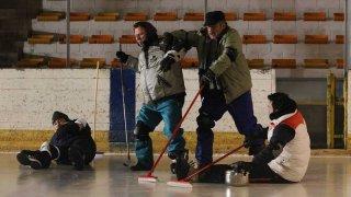 La mossa del pinguino: i quattro del curling si allenano sulla pista in una scena del film