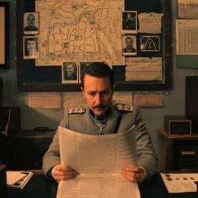 The Grand Budapest Hotel: Edward Norton legge il giornale