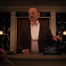 The Grand Budapest Hotel: il concierge Bill Murray al telefono