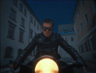 The Grand Budapest Hotel: il minaccioso Willem Dafoe in motocicletta