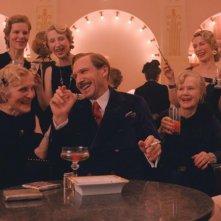 The Grand Budapest Hotel: Ralph Fiennes circondato da signore benestanti
