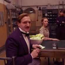 The Grand Budapest Hotel: Ralph Fiennes, Saoirse Ronan e Tony Revolori insieme in scena
