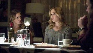 Arrow: Katie Cassidy e Caity Lotz in una scena dell'episodio della stagione 2, Time of Death