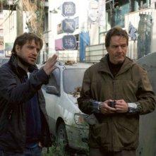 Godzilla: il regista Gareth Edwards spiega una scena a Bryan Cranston
