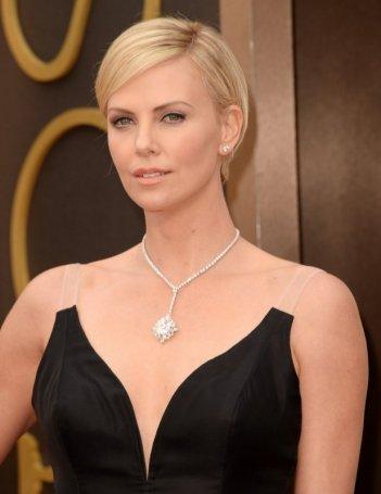Charlize Theron sul red carpet degli Oscar 2014