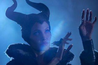Malefica: un primo piano di Angelina Jolie impegnata a tessere malefici incantesimi