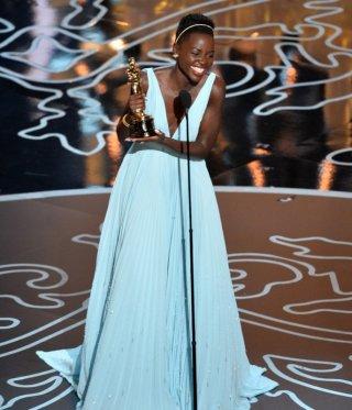 Oscar 2014 - Lupita Nyong'o con la statuetta vinta per 12 anni schiavo