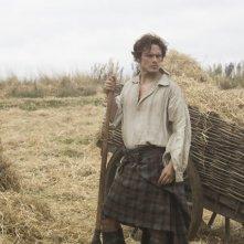 Outlander: Sam Heughan in una scena