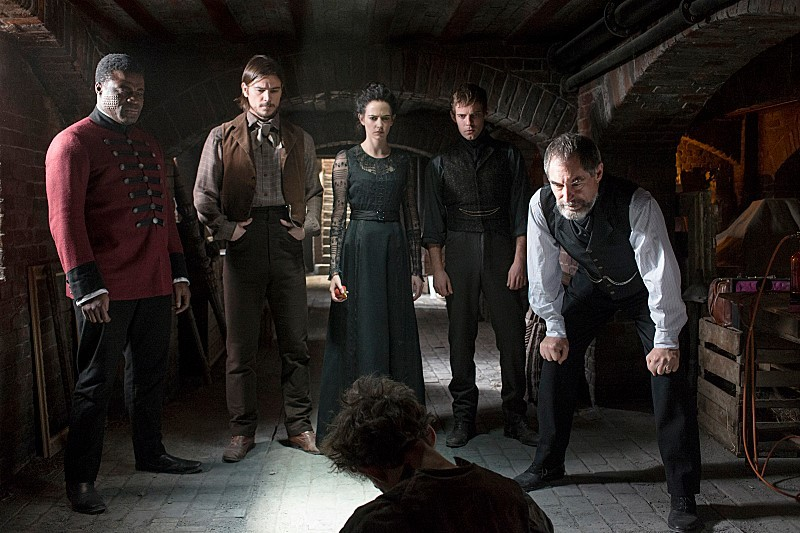 Penny Dreadful: Danny Sapani, Josh Hartnett, Eva Green, Harry Treadaway e Timothy Dalton in una scena