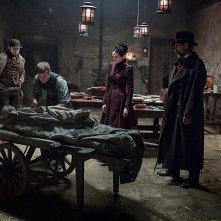Penny Dreadful: Josh Hartnett, Eva Green, Harry Treadaway e Timothy Dalton in una scena