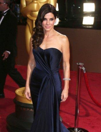 Sandra Bullock sul tappeto rosso degli Oscar 2014