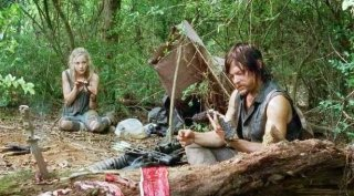 The Walking Dead: Norman Reedus ed Emily Kinney in una scena dell'episodio Non tutto è perduto