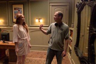 Oculus: Karen Gillan e il regista Mike Flanagan preparano una scena