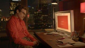 Lei: Joaquin Phoenix aspetta la sua 'fidanzata' virtuale in una scena del film
