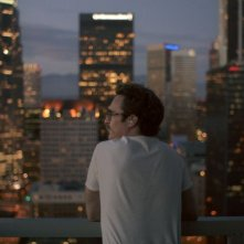 Lei: Joaquin Phoenix guarda lo skyline di Los Angeles in una scena del film