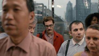 Lei: Joaquin Phoenix in un ascensore affollato in una scena del film