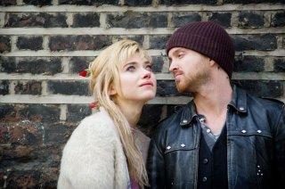 Non buttiamoci giù: Aaron Paul e Imogen Poots in una scena del film