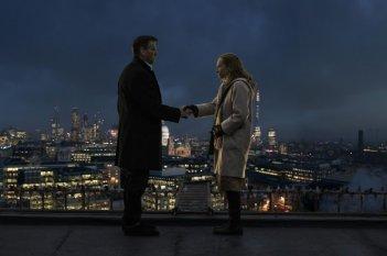 Non buttiamoci giù: Pierce Brosnan con Toni Collette, aspiranti suicidi, in una scena del film